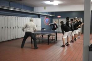 Pause entre les matchs: le gérant donne une leçon sportive...