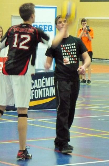 Gui aidant notre coach lors de la pratique d'avant-match.