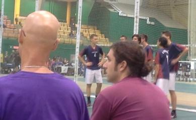 Nos entraîneurs qui surveillent le déroulement d'un match.