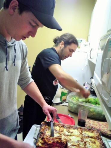 Préparation du repas par les chefs: lasagne et salade césar.